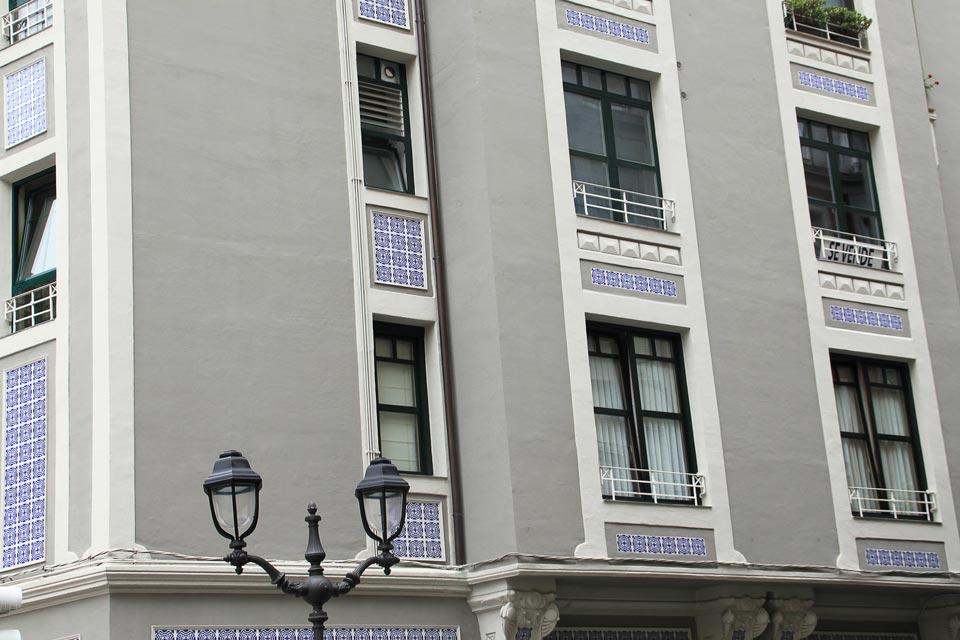 fachada-gris-ventanas-pvc-bilbao-soluvent