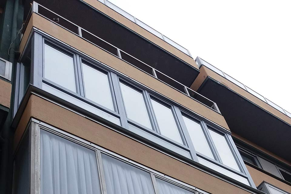Cerramiento de balcón en PVC con acabado metálico